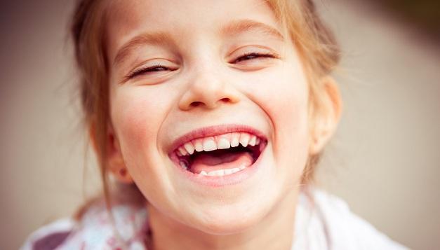Bambina sorride mostrando i denti